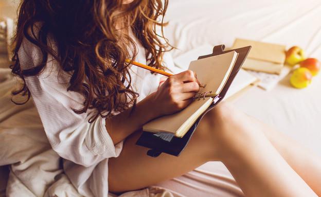 אישה כותבת (צילום: Svitlana Sokolova, shutterstock)