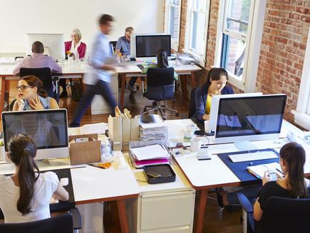 עובדים במשרד