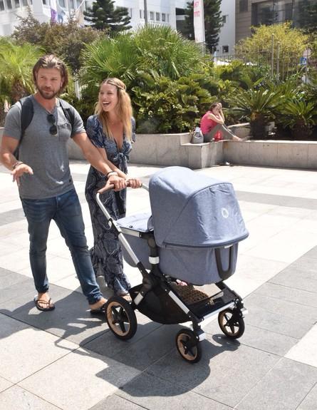 לירן כוהנר וגיא גיאור בדרך הביתה עם התינוקת (צילום: צ'ינו פפראצי)