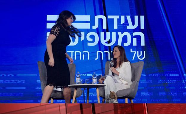 מוניקה לוינסקי נוטשת את הבמה (צילום: החדשות)