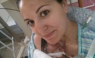 רוני פריס עם בנה איתן בבית החולים (צילום: באדיבות רוני ואפי פריס)