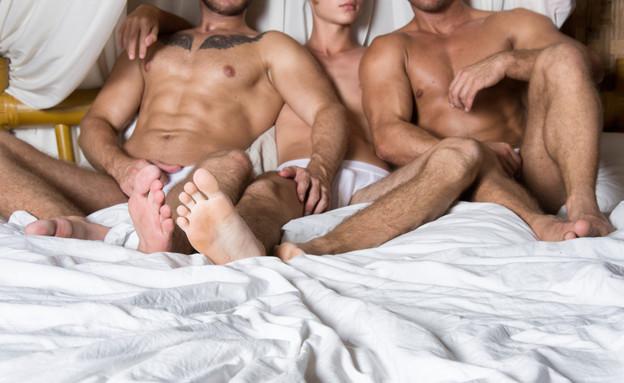 שלישיית גייז במיטה (צילום: Vlad Orlov, Shutterstock)