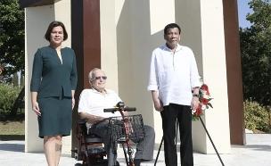 דוטרטה מבקר באנדרטה (צילום: אבי חיון, משרד החוץ, חדשות)