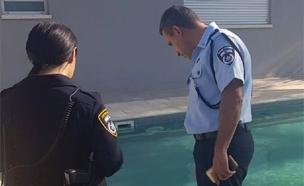 החובש ליד הבריכה במיטב בה טבעה הפעוטה (צילום: דוברות המשטרה, חדשות)