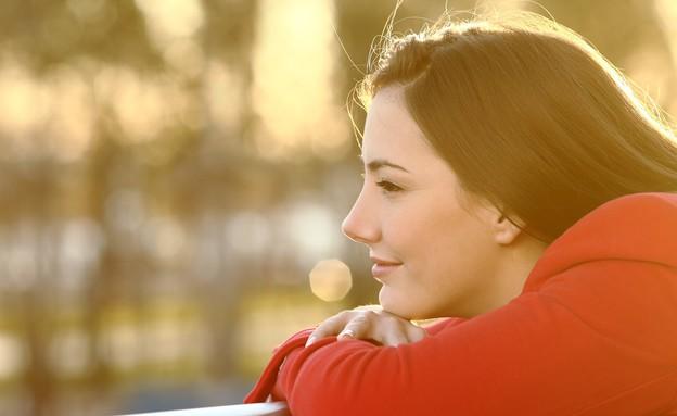אישה מסתכלת לאופק (צילום: Antonio Guillem, shutterstock)