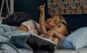אישה וילד במיטה (אילוסטרציה: kateafter | Shutterstock.com )