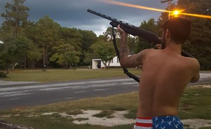יורים בהוריקן (צילום: Shooting Guns At Hurricane Florence To Scare It Away, facebook)