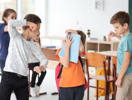 ילדים מתעללים בתלמיד בכיתה (אילוסטרציה: By Dafna A.meron, shutterstock)
