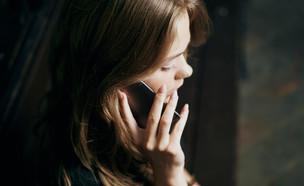 אישה מדברת בטלפון (צילום: By Dafna A.meron, shutterstock)