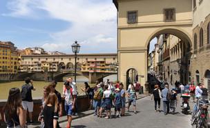 תיירים בפירנצה (צילום: Bumble Dee, shutterstock)