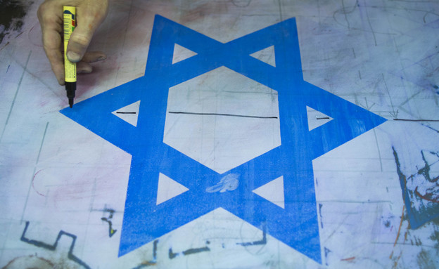 ייצור של דגל ישראל במתפרת ברמן בירושלים (צילום: יונתן סינדל, פלאש 90)
