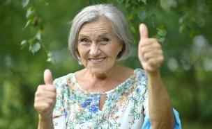 אישה זקנה ומאושרת (צילום: Ruslan Guzov, shutterstock)