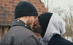 זוג גברים מתנשק,the housesitter (צילום: יוטיוב , צילום מסך)
