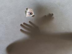 אישה כלואה אילוסטרציה (צילום: Shutterstock)
