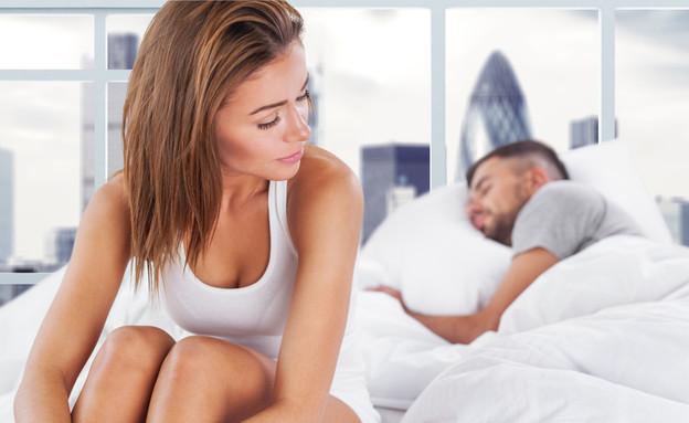 אישה יושבת על מיטה עם גבר ישן (אילוסטרציה: By Dafna A.meron, shutterstock)