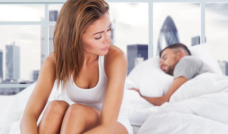 אישה יושבת על מיטה עם גבר ישן (אילוסטרציה: kateafter | Shutterstock.com )