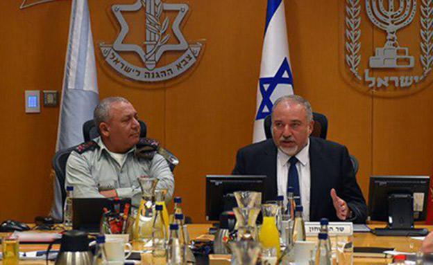 ליברמן ואיזנקוט, ארכיון (צילום: אריאל חרמוני, משרד הביטחון)