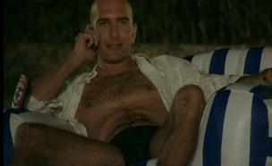 תומר יושב בבריכה ומדבר בפלאפון (תמונת AVI: mako)
