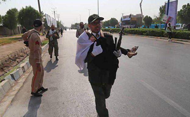 פיגוע במהלך מצעד צבאי באהוז אירן (צילום: החדשות)