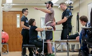 טיפול חדשני שעוזר למשותקים ללכת (צילום: AP, חדשות)