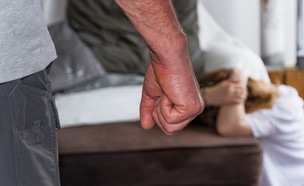 אלימות במשפחה (צילום: sdecoret, shutterstock)
