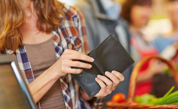אישה מסתכלת על ארנק ריק בסופרמרקט (אילוסטרציה: By Dafna A.meron, shutterstock)