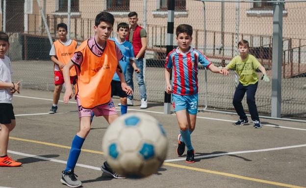 ילדים משחקים כדורגל (צילום: bianca isofache - unsplash)