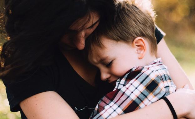 אמא מחבקת את בנה (צילום: jordan whitt - unsplash)