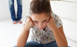 ילדה כועסת יושבת על הריצפה (אילוסטרציה: By Dafna A.meron, shutterstock)