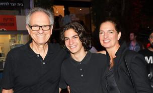 """ארי נשר ז""""ל עם הוריו (צילום: רפי דלויה , חדשות)"""