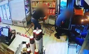 תיעוד: פורץ עם נשק אוטומטי לבית הקפה - ומרסס (צילום: חדשות)