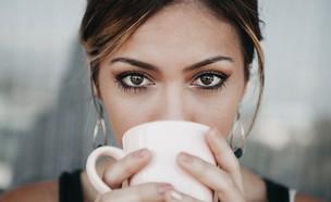 אישה שותה קפה  (צילום: Candice Picard on Unsplash)