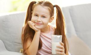ילדה שותה חלב ומרוצה (צילום: kateafter | Shutterstock.com )