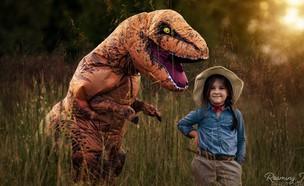 תמונה משפחתית עם דינוזאור. צילום של סמנתה בישופ (צילום:  Photo by Flash90)