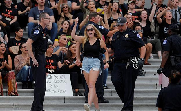 המחאה מחוץ לאולם (צילום: רויטרס, חדשות)