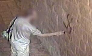 החשוד בעת מעשה (צילום: דוברות המשטרה, חדשות)