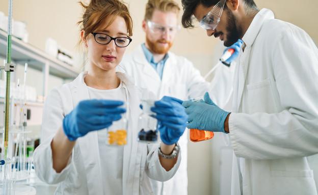 עוזרי מחקר במעבדה (צילום: By Dafna A.meron)