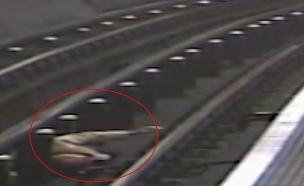 בן אדם נדחף לפסי הרכבת, לונדון (צילום: סקי ניוז, חדשות)