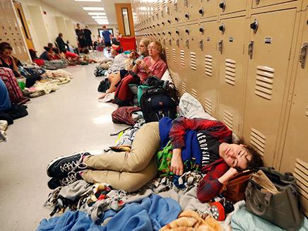 מקלט מאולתר בתיכון.