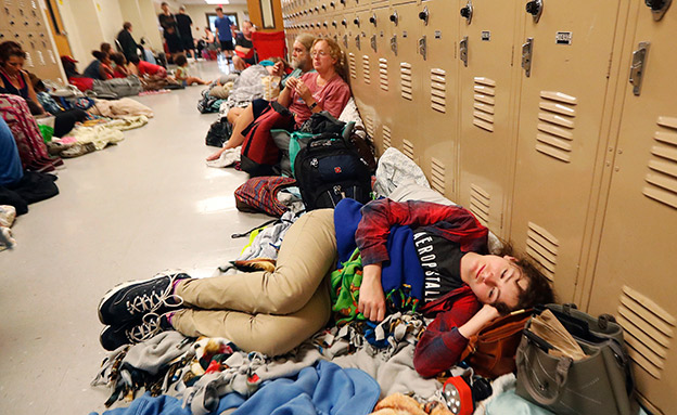"""מקלט מאולתר בתיכון. """"הרבה תקועים"""" (צילום: AP, חדשות)"""