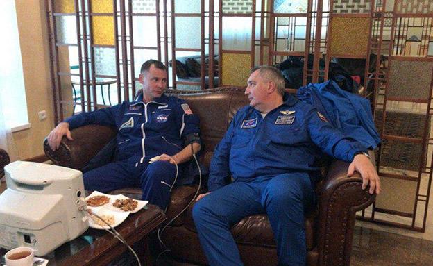 הצוות לאחר נחיתת החירום (צילום: טוויטר, חדשות)