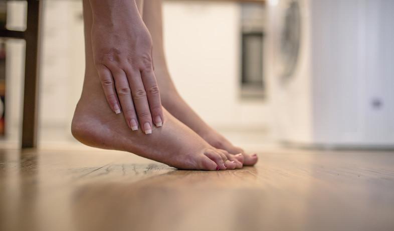 כף רגל כואבת (צילום:  Dragana Gordic, shutterstock)