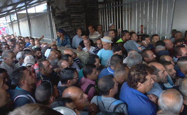 מדי בוקר נדחסים אלפים בכניסה לישראל (צילום: החדשות)