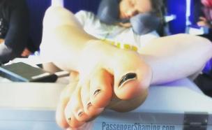 יחפים במטוס (צילום: passenger shaming, מתוך instagram)
