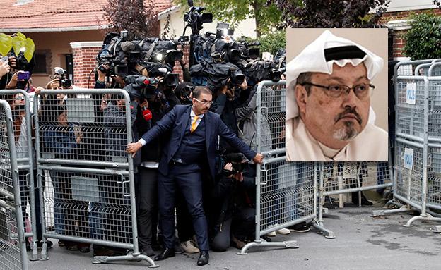 חוקרים טורקים נכנסים לקונסוליה הסעודית (צילום: cnn, רויטרס)