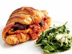 מושחת: קרואסון במילוי תבשיל בשר ראש