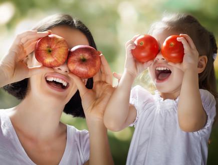 אמא ובת עם תפוחים ועגבניות