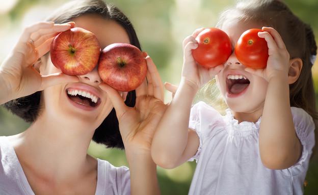 אמא ובת עם תפוחים ועגבניות (אילוסטרציה: kateafter   Shutterstock.com )