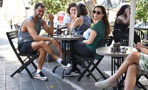 עומרי בן נתן והגיסה אלינור נפגשים לקפה (צילום: צ'ינו פפראצי)