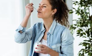 אישה אוכלת יוגורט (צילום: Josep Suria, shutterstock)